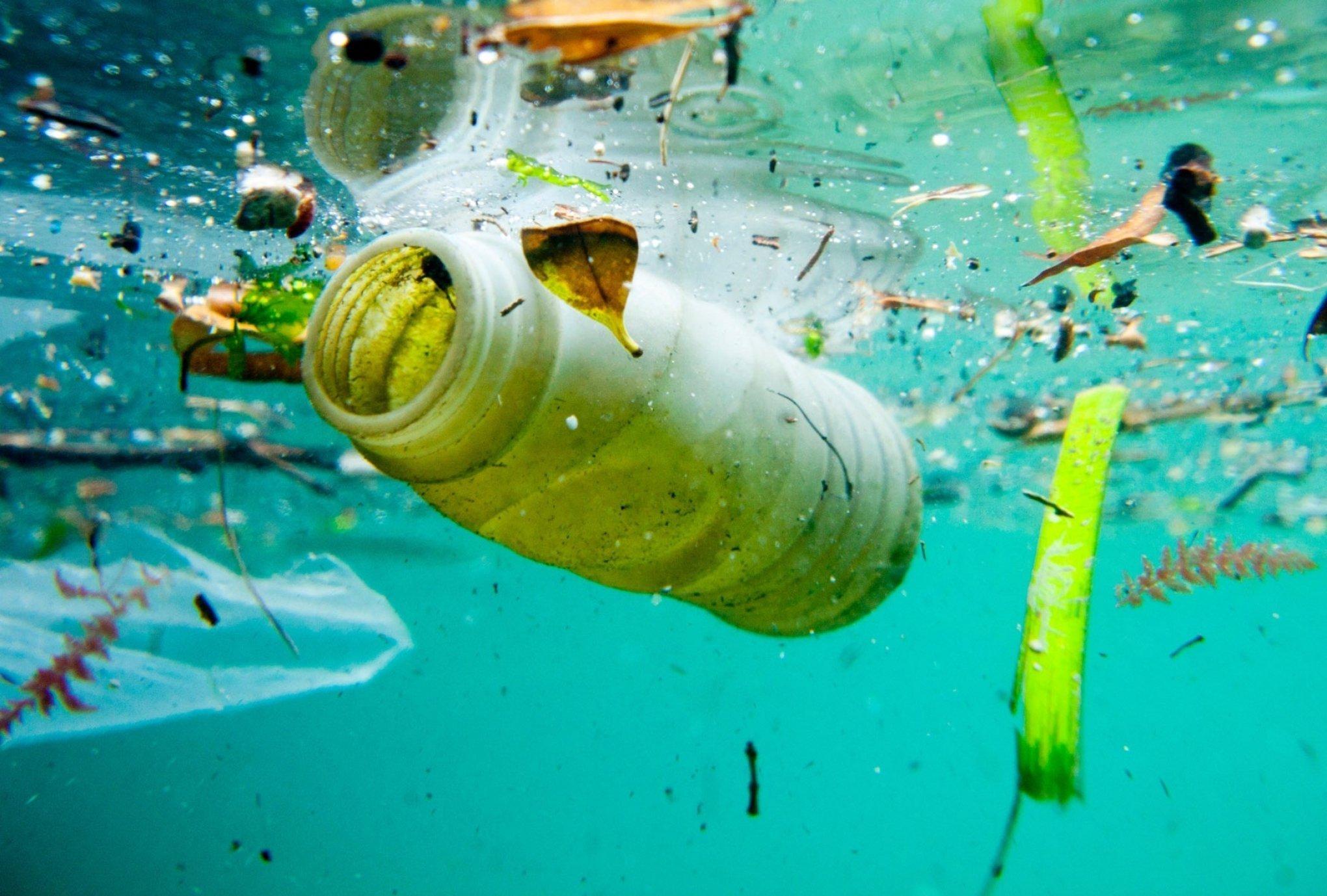 oceanos com plástico